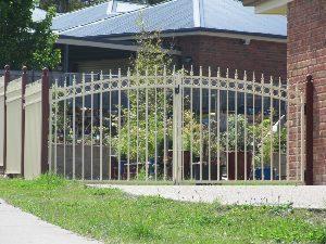 swinging-gates-tudor-style