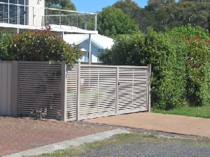 swinging-gates-aluminium-slat