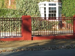 imperial/tudor-tubular-fencing-manor-red